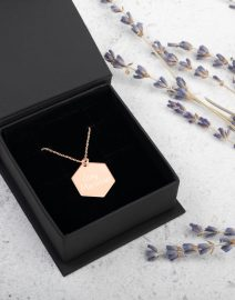 engraved-silver-hexagon-chain-necklace-18k-rose-gold-coating-lifestyle-2-60ee28ff62584.jpg